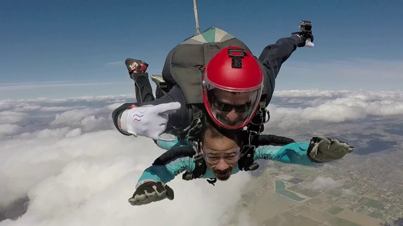 6 Freunde über das Flugzeug SkyDive in Los Angeles USA Jump off zu